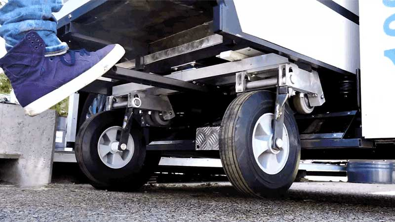Container with retractable wheels system
